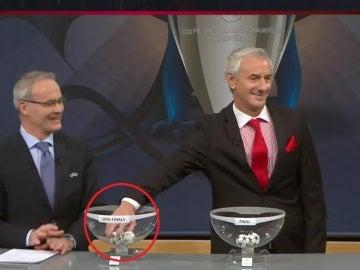 Ian Rush saca la bola del Atlético