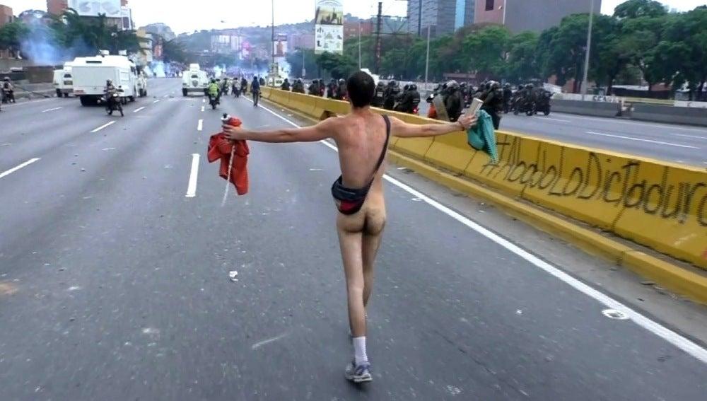 Hombre desnudo en Venezuela protestando
