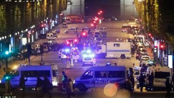 Oficiales de la Policía francesa custodian la zona después de que se registrara un tiroteo en Paris
