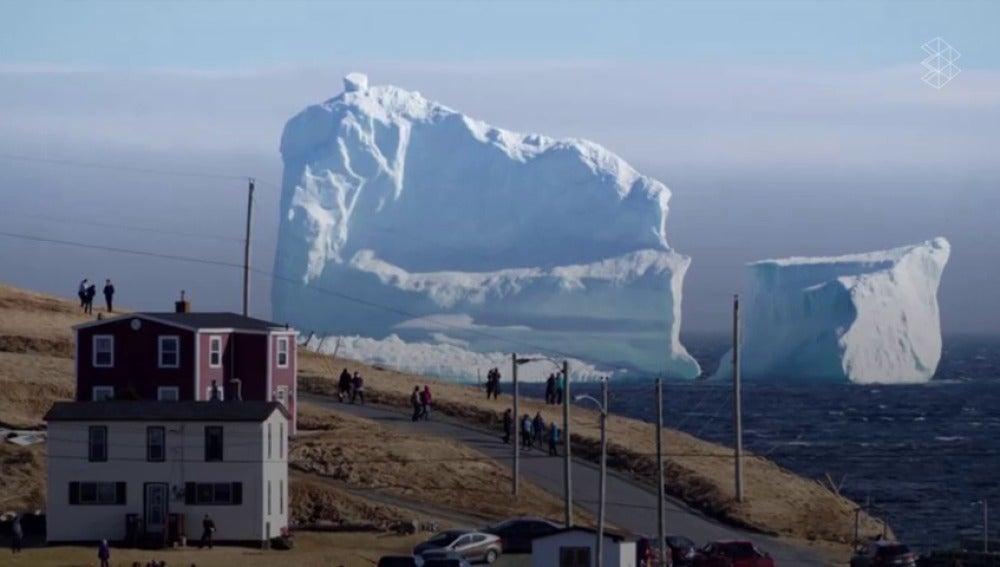 Frame 17.300778 de: Un iceberg gigante sorprende a un pueblo de Canadá