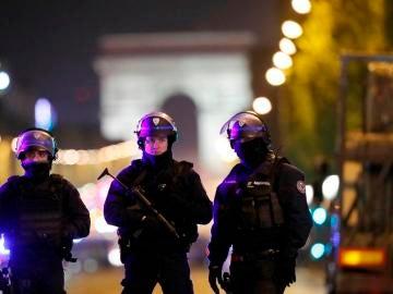 Oficiales de Policía en los Campos Elíseos de París