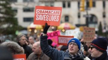 Un manifestante sostiene un cartel con el mensaje 'Obamacare salva vidas'