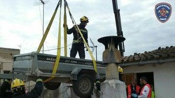 Los bomberos con la grúa que emplearon para evacuar a la mujer