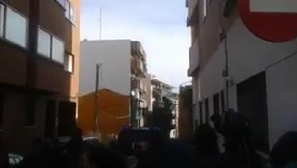 Un hombre amenaza con tirarse por la ventana