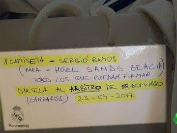 Frame 13.100929 de: Esta foto ha incendiado las redes: ¿se llevó el árbitro la camiseta de Ramos en el Clásico?