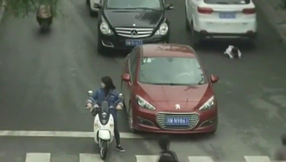 La pequeña cruzando peligrosamente la calle