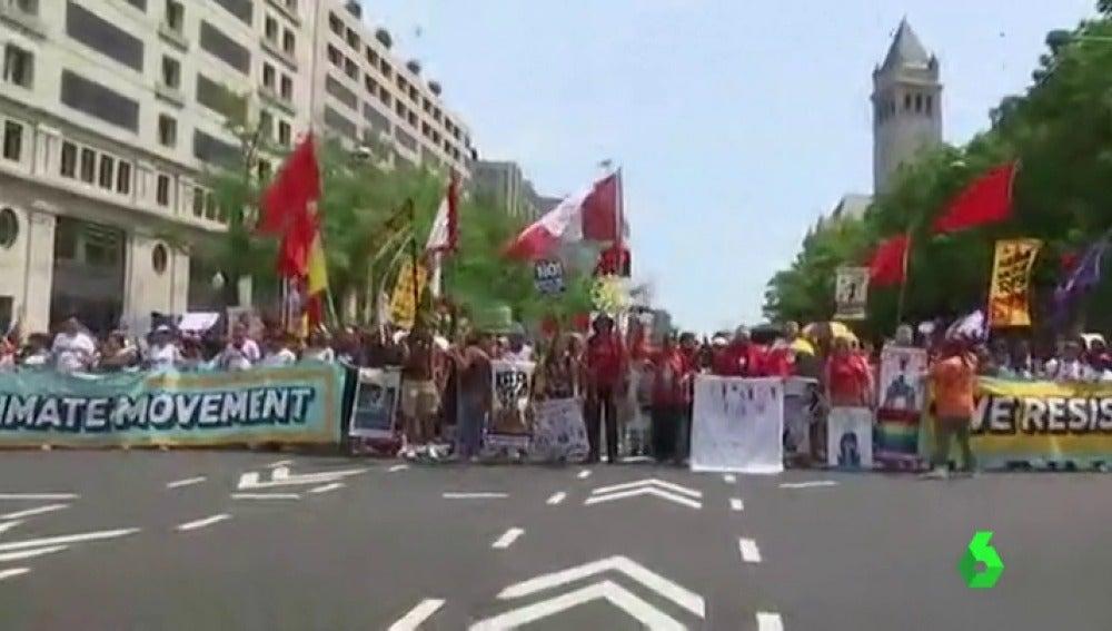 Miles de manifestantes protestan contra las políticas del cambio climático de Trump en Washington