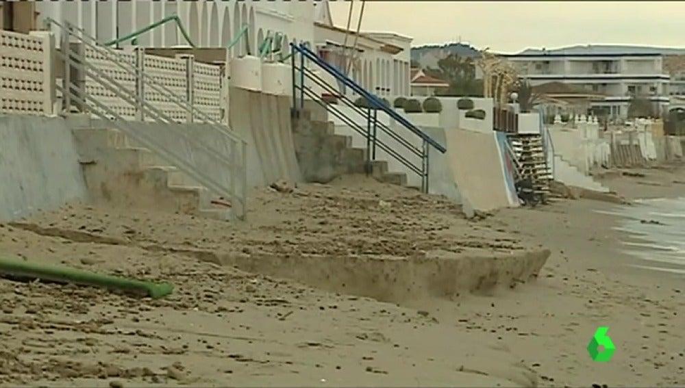 La fuerza del oleaje amenaza las terrazas de las playas
