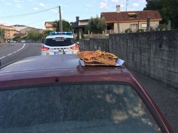 Un joven viajaba con una empanada sobre el capó del coche mientras el otro conducía bajo los efectos del alcohol