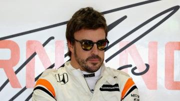 Alonso, en el box de McLaren-Honda