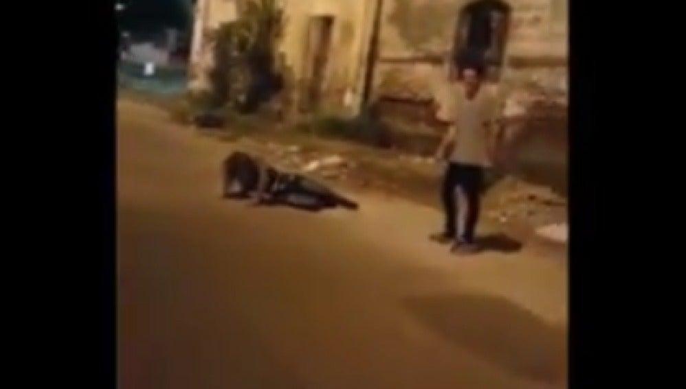 Dos hombres agreden a una mujer en Argentina mientras un tercero lo graba burlándose de ella