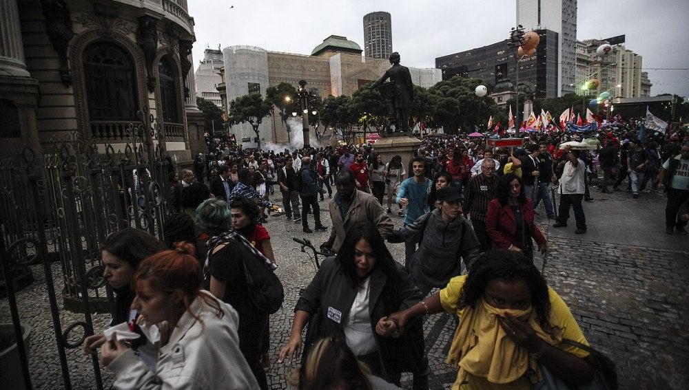 Manifestantes corren de los gases lacrimógenos en Brasil