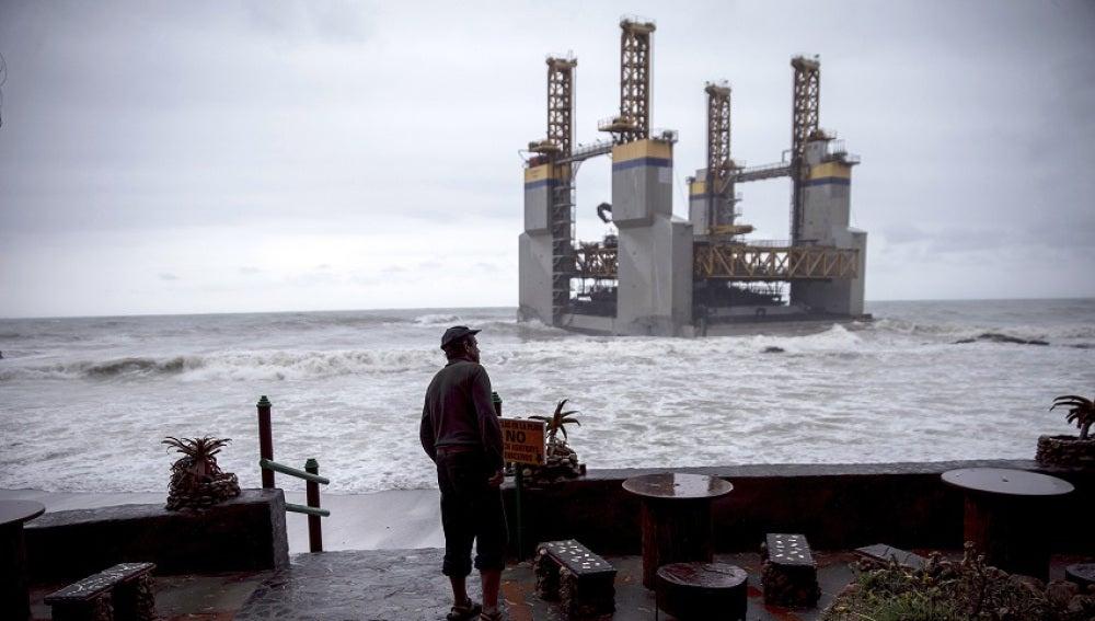 Encalla una gabarra en la costa de Málaga tras perderla un remolcador por el temporal