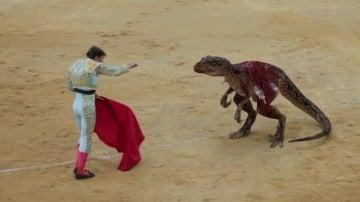 '¿Esta práctica te parece de otra era?' Una ONG mete a un dinosaurio en el ruedo para denunciar las corridas de toros