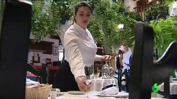 Jesica Mata preparando un servicio