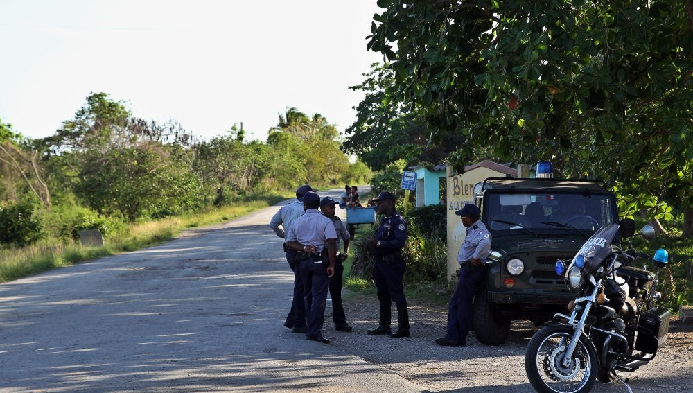 Varios policías controlan el acceso al lugar donde cayó un avión de las Fuerzas Armadas Revolucionarias de Cuba