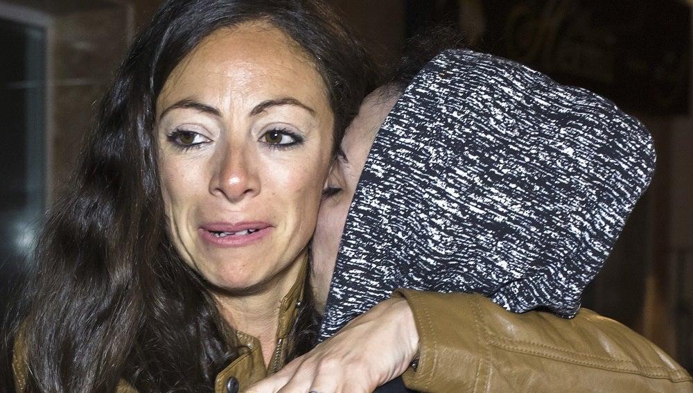 Jimena Rico Montero abraza a su hermana