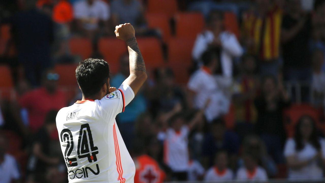 Garay celebra uno de sus dos goles ante Osasuna