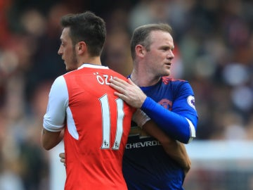 Ozil salud a Rooney