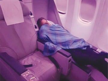 Imagen del piloto dormido en el compartimento de pasajeros difundida por un diario pakistaní