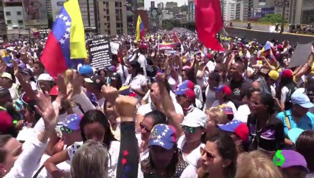 Mujeres venezolanas salieron a la calle con un mensaje común: rechazar la violencia