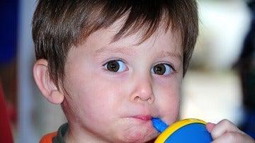 Un niño comiendo