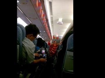 Una azafata de Air China baila un pasodoble