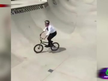 Francisco de la Torre, alcalde de Málaga, haciendo BMX