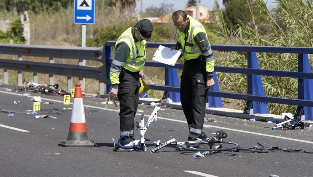 La Guardia Civil en el lugar del accidente donde una mujer, que dio positivo en alcohol y drogas, arrolló a un grupo de ciclistas