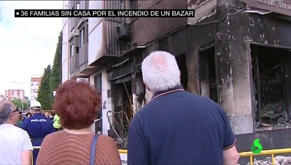 Frame 33.348534 de: Unos menores, posibles autores del incendio en un bazar que ha dejado a 36 familias de Huelva en la calle