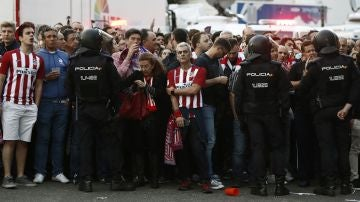 Aficionados del Atlético de Madrid, retenidos por la Policía