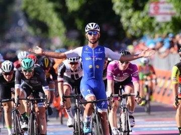 Fernando Gaviria celebra su victoria en el Giro de Italia