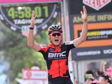 Dillier celebra su victoria en la sexta etapa del Giro