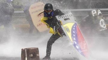 Manifestantes se enfrentan a la Guardia Nacional Bolivariana