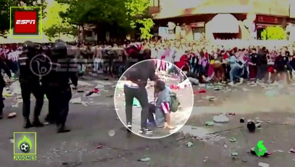 Frame 18.460952 de: El momento en que la Policía ayuda a un aficionado en plena batalla campal en el Calderón
