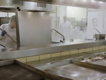 """Frame 14.869228 de: Así se prepara la comida del avión: """"Cocinamos como cualquier restaurante"""""""