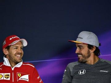 Sebastian Vettel y Fernando Alonso sonríen durante la rueda de prensa