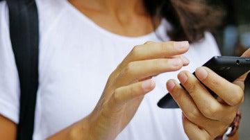 Una usuaria con su teléfono móvil