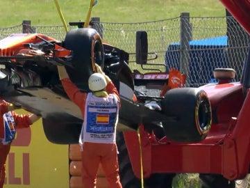El McLaren-Honda de Alonso, chorreando aceite