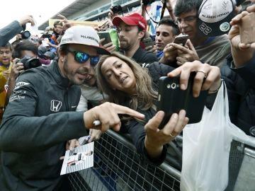Fernando Alonso con sus fans en Montmeló