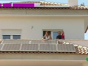 Frame 8.583316 de: La vida sin facturas de la luz de María y Santiago gracias a sus placas solares: no pagan nada por usar todos los electrodomésticos