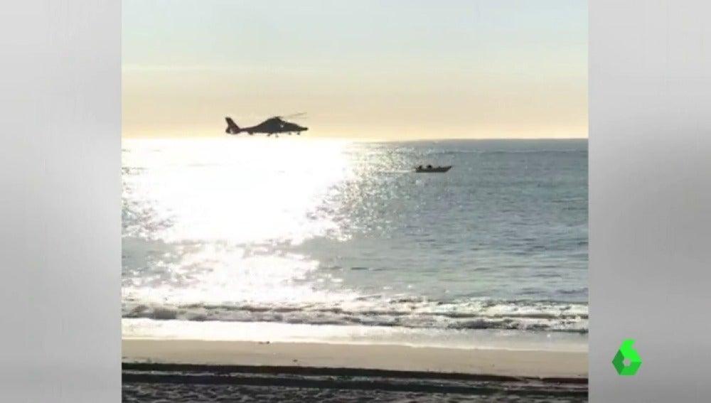 Espectacular persecución de un helicóptero de vigilancia aduanera a una lancha cargada de hachís en Cádiz
