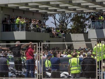 Los estibadores del Puerto de Valencia hoy durante la asamblea informativa