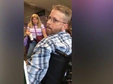 Mike en su silla de ruedas