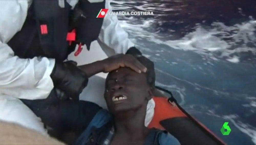 Migrante rescatado por la Guardia Costiera