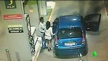 Arde un coche en una gasolinera de Murcia