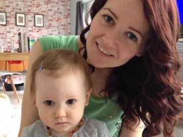 Katie junto a su hija