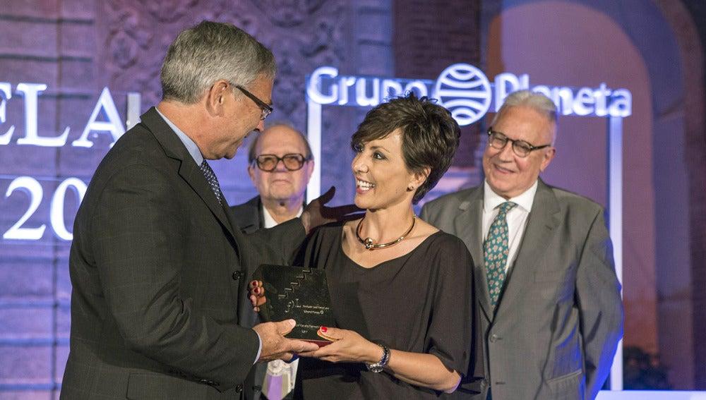 Rignault entrega el galardón a la periodista