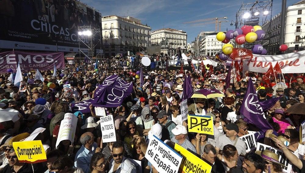 Cientos de personas participan en la Puerta del Sol de Madrid en la concentración convocada por Podemos