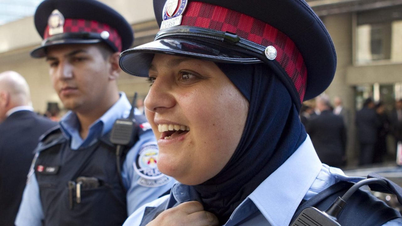 Agente canadiense con velo